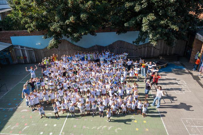 De leerlingen van De Luchtballon tonen hun WK-wielershirts