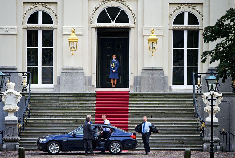 September 2012: informateurs Kamp en Bos hebben een omstreden 'beleefdheidsbezoek' gebracht aan koningin Beatrix. Beeld ANP