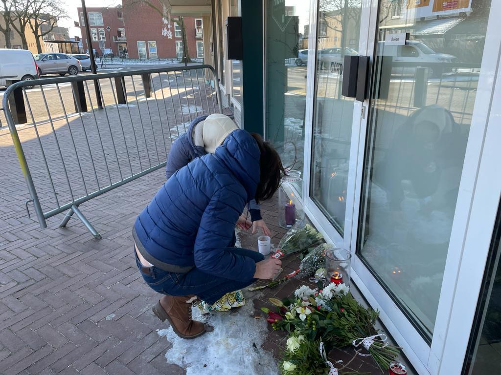 Bekenden van Ichelle leggen bloemen voor haar winkel.