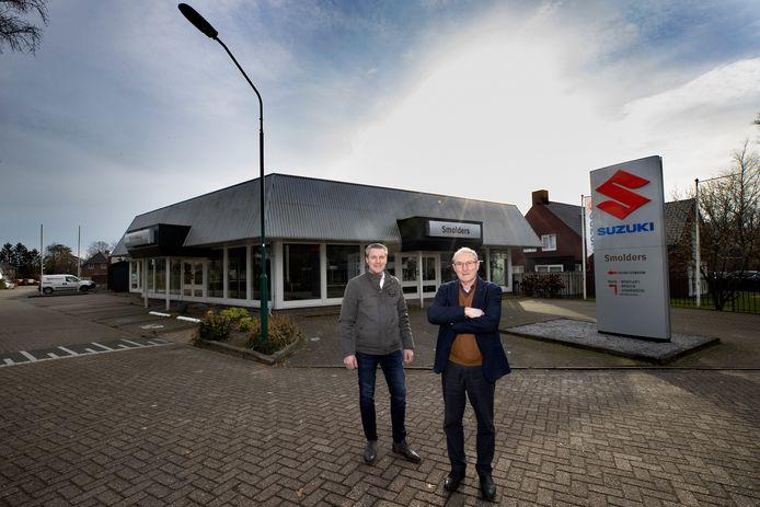 Directeur Ben Smolders van Auto Smolders BV Westerhoven en zijn vader Henk Smolders voor hun voormalig autobedrijf waar ze mee gestopt zijn.