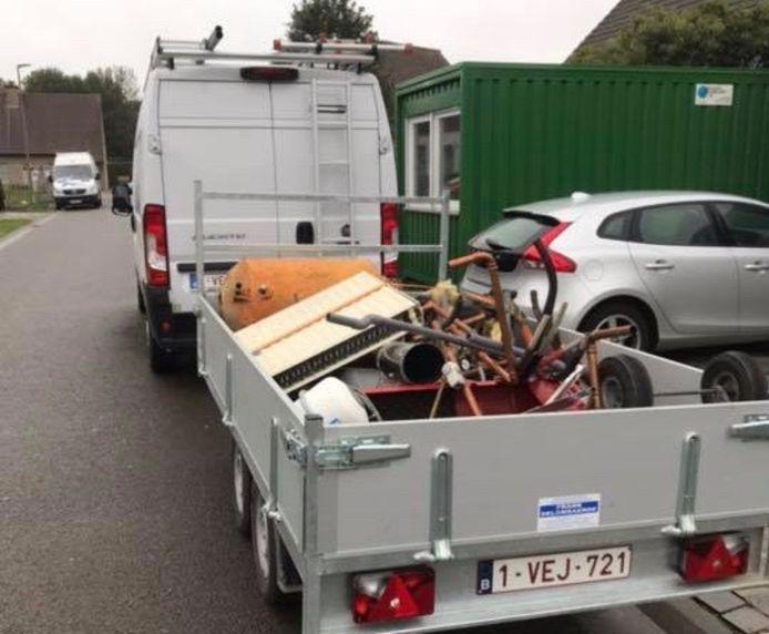 Een foto van de aanhangwagen die (ongeladen) werd gestolen in de Dronckaertstraat in Rekkem.