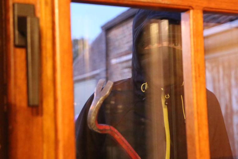 Dieven probeerden een raam aan de achterzijde open te breken, toen ze merkten dat de bewoners thuis waren namen ze de vlucht.