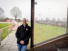 Clubicoon Gert Dogger van Voorwaarts Westerhaar geeft geen verjaardagsfeestje, maar bouwt een voetbalkooi