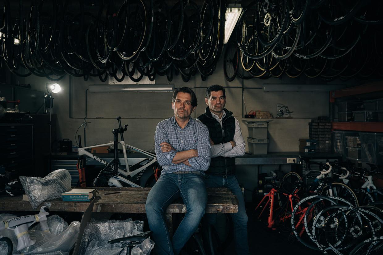 Christoph (l) en Philip Roodhooft, de mannen achter wielerwonder Mathieu van der Poel: 'De meeste renners presteren  bij ons beter dan anderen van hen hadden verwacht'. Beeld Wouter Van Vooren