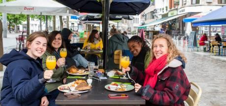 """""""Voor 11 uur vlogen er al drie flessen cava de deur uit"""": Aan Het Strand Van Oostende ontvangt eerste klanten"""