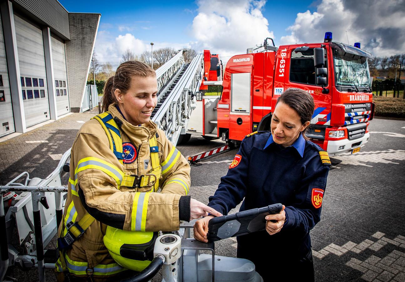 Ilse Kloot (links) is vrijwilliger bij de Zwijndrechtse brandweer. Caren Frentz is directeur van de Veiligheidsregio Zuid-Holland Zuid en commandant van de brandweer in de regio. ,,Ik voelde me letterlijk een attractie, als een van de weinige vrouwen bij een inzet.''