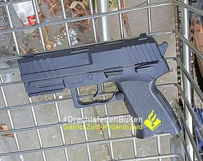 Het nepwapen werd gevonden op het Erasmusplein.