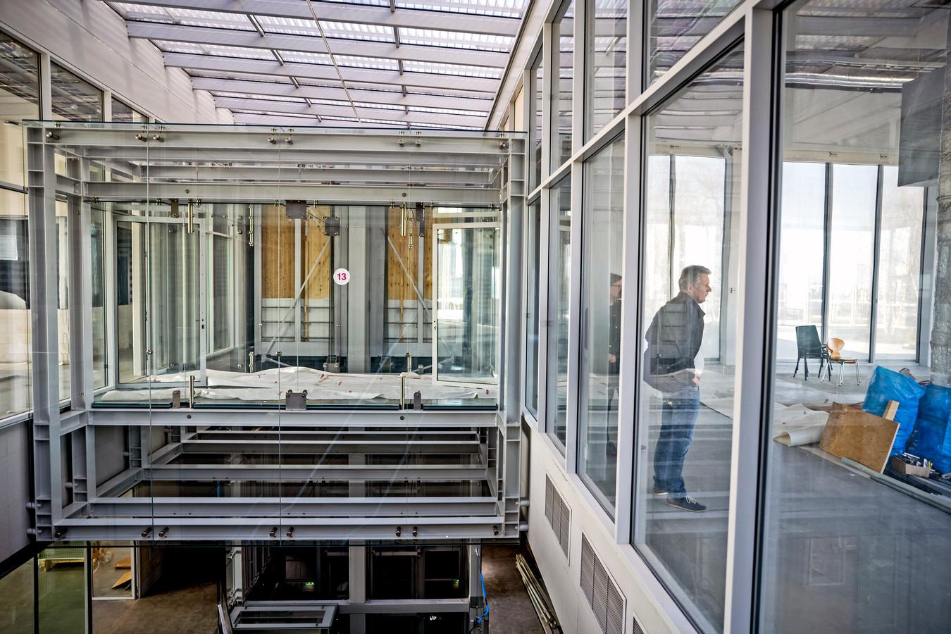 Vitrine 13 op de bovenste etage. Hier lopen bezoekers straks over een glasplaat van de ene naar de andere kant van het Depot. Direct onder hun voetzolen zijn kunstvoorwerpen te zien.