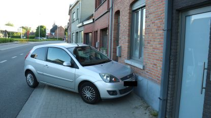Auto botst tegen gevel in Schoonaarde