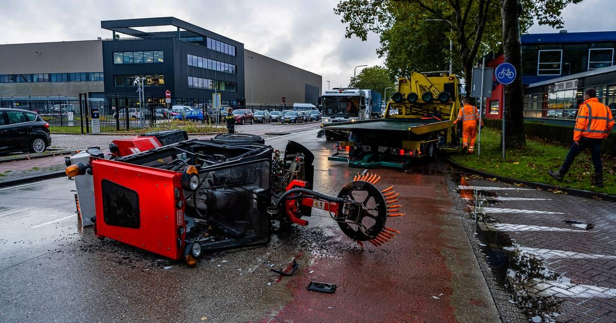 Borstelwagen op z'n kant na aanrijding met auto in Tilburg.