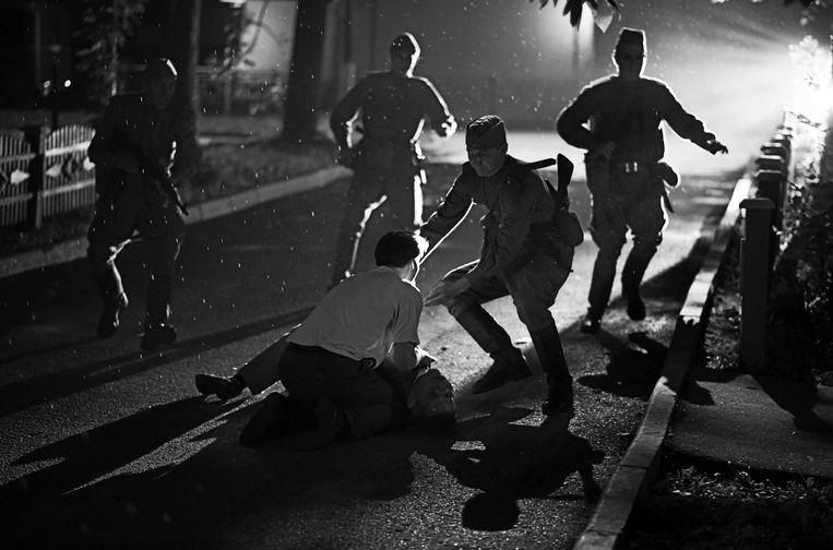 Het bloedbad in 'Dear Comrades!', gefilmd in zorgvuldig gecomponeerd zwart-wit. Beeld