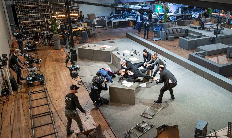 Romeinse tragedies in de Amsterdamse schouwburg. Voor de livestream is het rondlopende publiek vervangen door cameramannen die zich dwars over de set bewegen. Beeld Jan Versweyveld