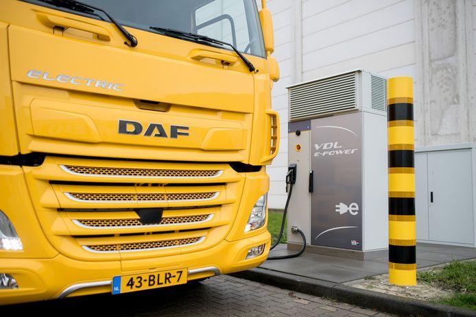 De eerste elektrische vrachtwagen van DAF en VDL werd vandaag aan supermarktketen Jumbo overhandigd