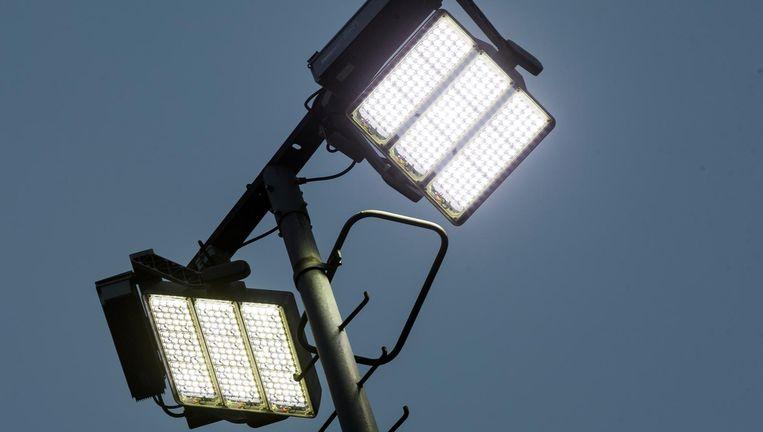 Een ledlichtmast op een sportveld Beeld anp
