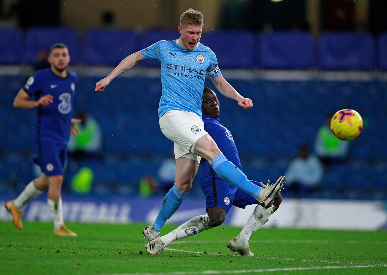 Manchester City-speler Kevin De Bruyne schiet, N'Golo Kanté van Chelsea komt te laat met zijn tackle. Beeld AP