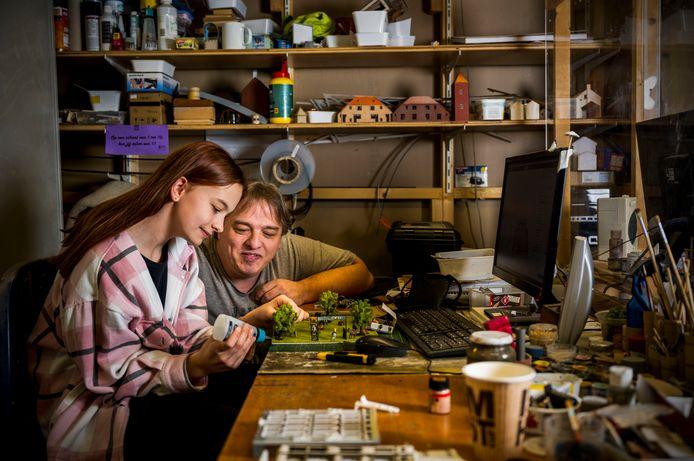 Miniworld directeur Marc van Buren en zijn dochter Evi (11). Na het huiswerk helpt ze haar vader in het modelbouwatelier.