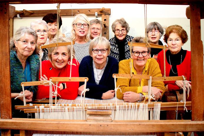 De weefgroep van het Bussemakerhuis in Borne laat zien hoe vroeger stoffen gemaakt werden.