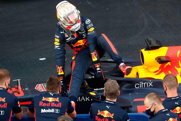 Max Verstappen krijgt felicitaties van zijn team na zijn verrassende tweede plaats in de kwalificatie in Sotsji.