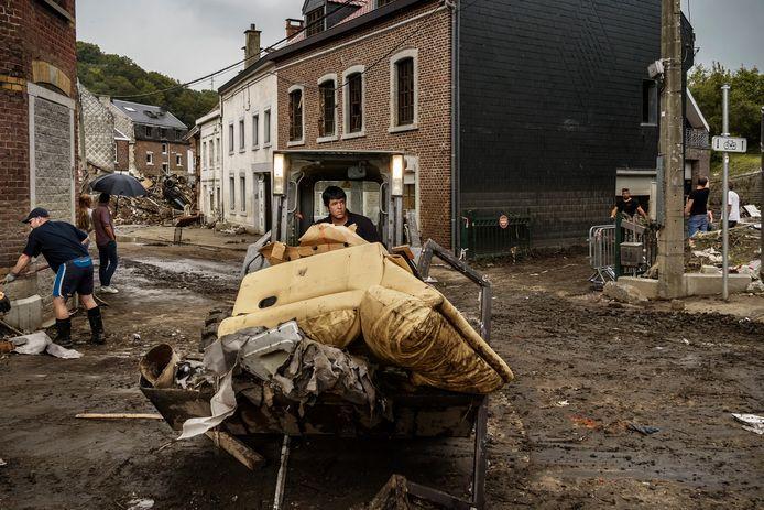 De opkuis in het zwaarst getroffen deel van Pepinster is tot nog toe vooral een privé-initiatief van burgers en bedrijfjes die machines uitlenen.