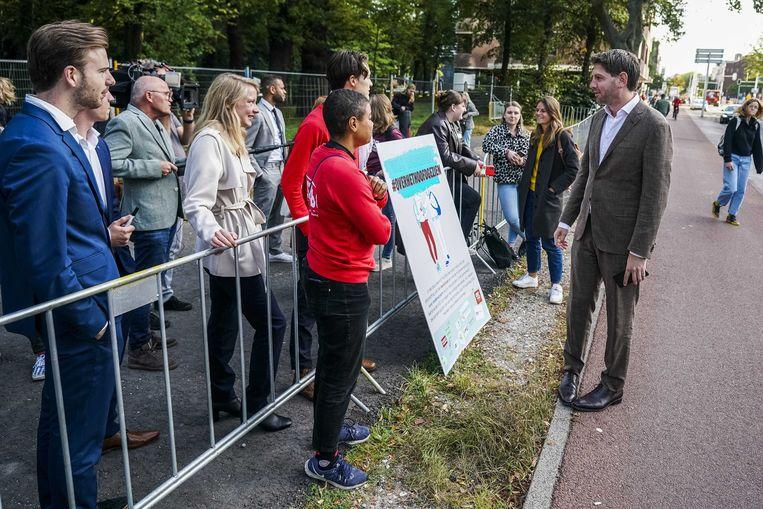 Studenten, die in Den Haag op  Prinsjesdag aandacht vragen voor het leenstelsel, in gesprek met D66-Kamerlid Jan Paternotte.  Beeld ANP - Jeroen Jumelet