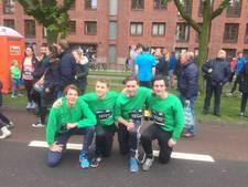 Studenten lopen geketend de Enschede Marathon