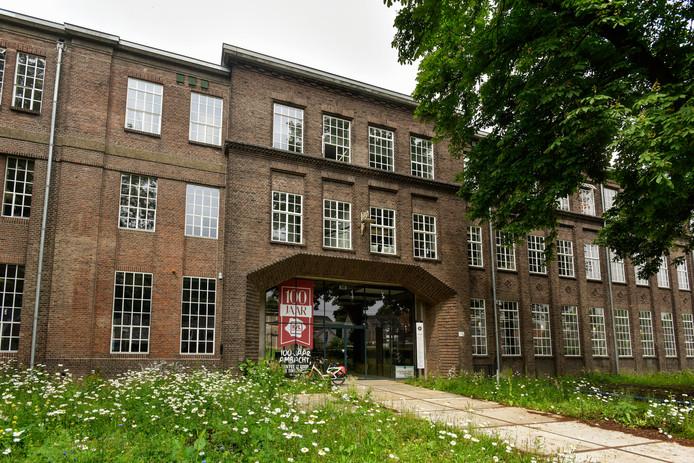 Het hoofdgebouw van KVL is een van de vier die de provincie te koop heeft gezet. Er zitten tal van creatieve bedrijfjes. Ook Kafé Van Leer en de bakkerij van Robèrt van Beckhoven zijn in het hoofdgebouw ondergebracht.