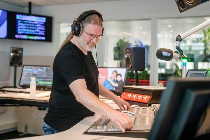 Sfeerbeeld in de studio van Sky Radio: programmatechnicus Branco Beuken aan het werk.