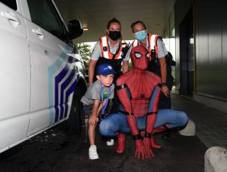 """Leukemiepatiëntje Stan (5) leert klimmen en vangt boeven met Spiderman en Leuvense politie: """"Ongelofelijk. Een jaar geleden kon hij niet eens meer stappen"""""""
