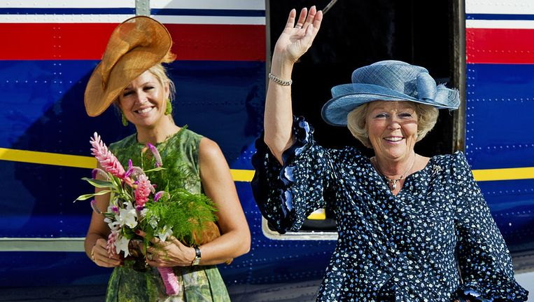 Koningin Beatrix en prinses Maxima gisteren bij het vertrek van Saba. © ANP Beeld