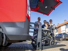 Irem uit Almelo kan er nu zonder gehannes op uit in haar nieuwe rolstoelbus