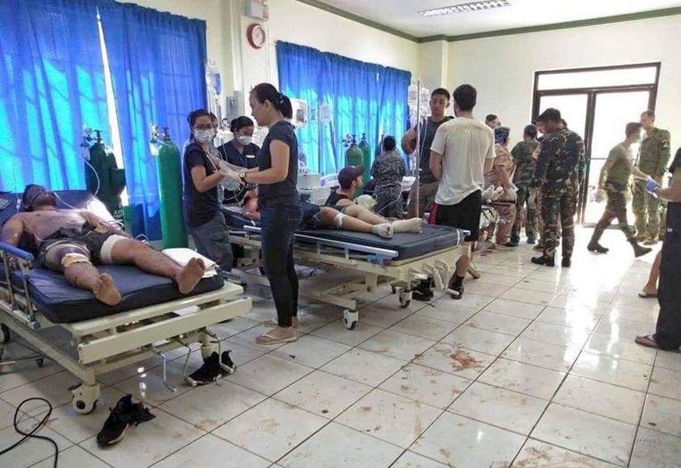 Gewonden worden behandeld in een ziekenhuis in Jolo. Beeld AP