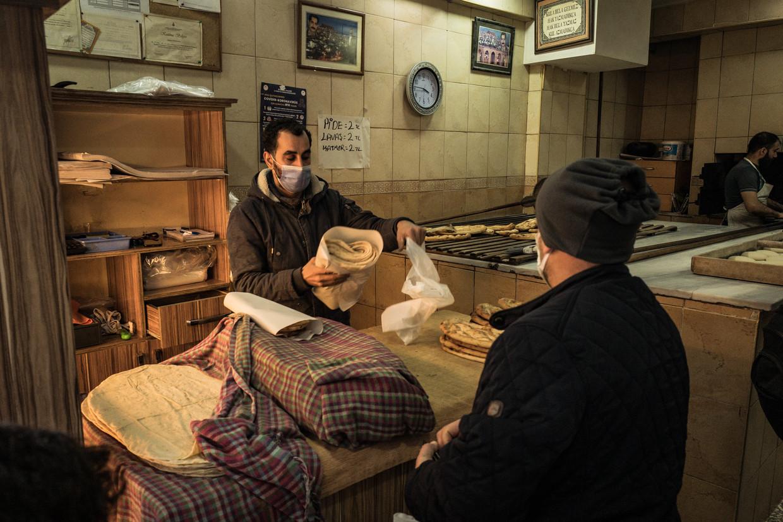 Een bakker in de Istanbulse wijk Fatih waar klanten geld kunnen achterlaten waarvoor gratis broden voor de armen worden gebakken.  Beeld Nicola Zolin