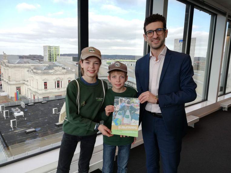 Victor en Julien slaagden erin om hun klimaatbundel te overhandigen aan burgemeester Mohamed Ridouani (sp.a).