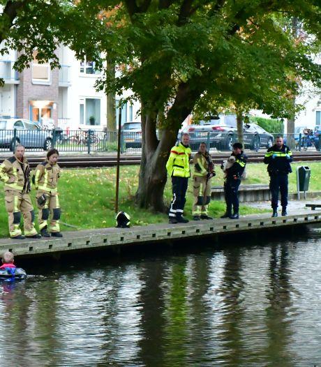 Hondje alleen aangetroffen langs Erasmusweg, brandweerduikers zoeken in water naar baasje
