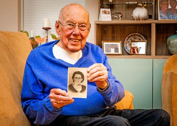 Jaap Verhagen uit Oud-Beijerland met de foto van zijn moeder.