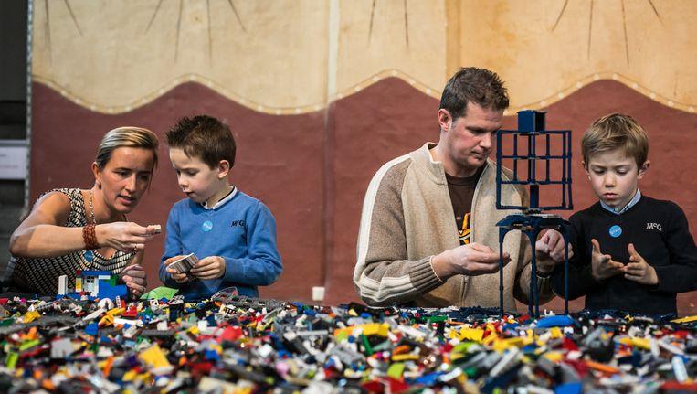 In het Stadsmuseum helpen ouders hun kinderen om de stad van de toekomst te verzinnen en vorm te geven. Beeld bas bogaerts