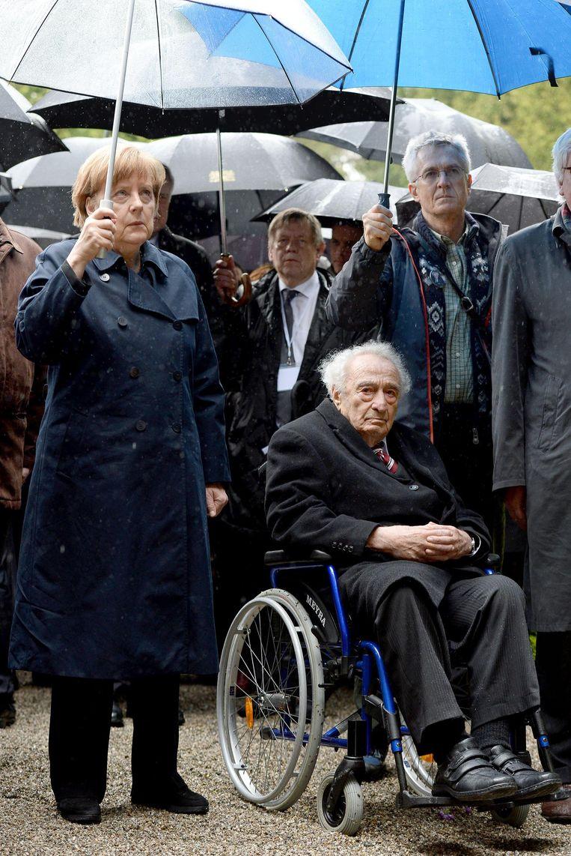 Max Mannheimer met bondskanselier Angela Merkel bij de herdenking van de 70ste verjaardag van het concentratiekamp Dachau. Beeld ap