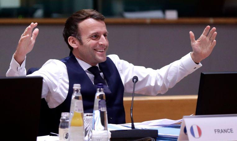 December: een blije Franse president Emmanuel Macron na een nachtelijk overleg in Brussel over het terugbrengen van de gas-emissie.  Beeld AP