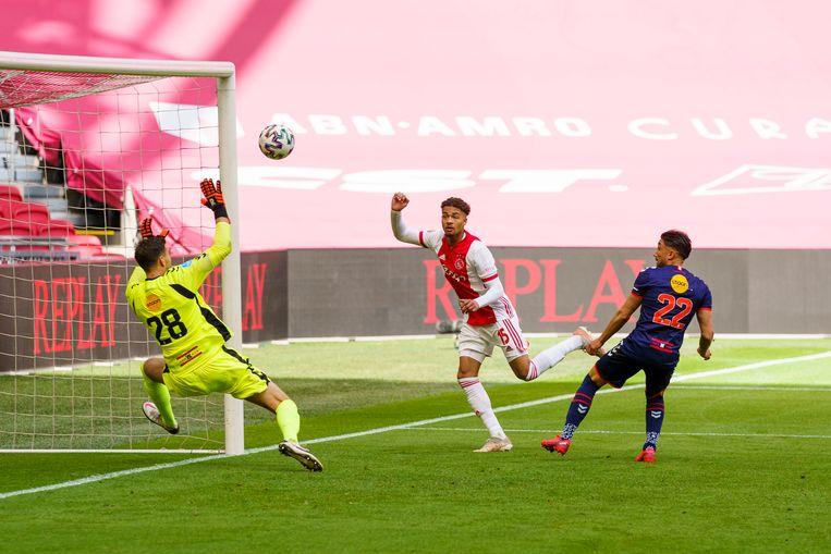 Na een prachtige voorzet van Dusan Tadic kopt Devyne Rensch eenvoudig de 3-0 binnen tegen FC Emmen.   Beeld Pro Shots / Jasper Ruhe
