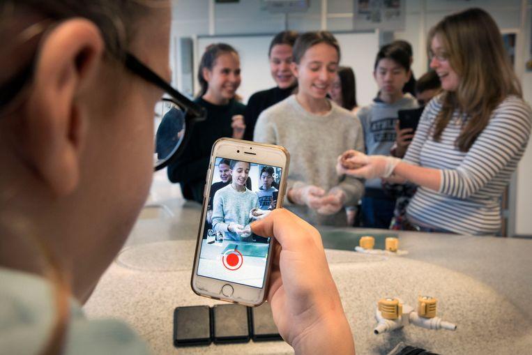 Het Comenius Lyceum in Capelle omarmt de smartphone juist als een nuttig hulpmiddel. Beeld Arie Kievit