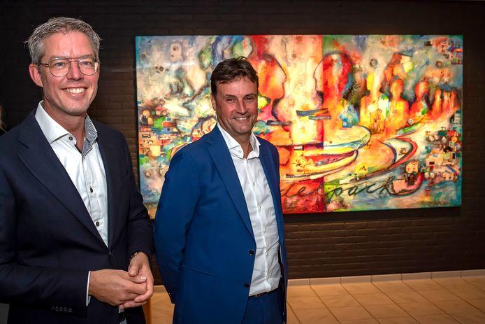 Peter Nieuwkerk (links) en Marcel Baljeu voor het onthulde kunstwerk ter gelegenheid van 50 jarig bestaan Budelpack