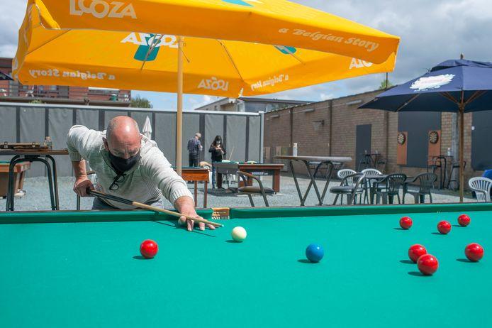 Steve Verelst in actie op een van zijn snookertafels.