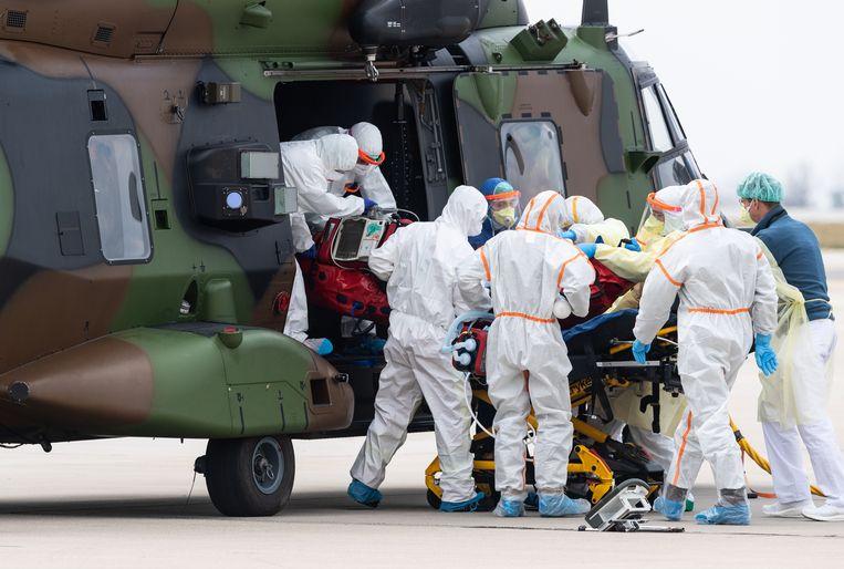 Medisch personeel vervoert een Franse patiënt met een NH90 (Nato Helikopter 90).  Beeld Robert Michael/dpa-Zentralbild/d