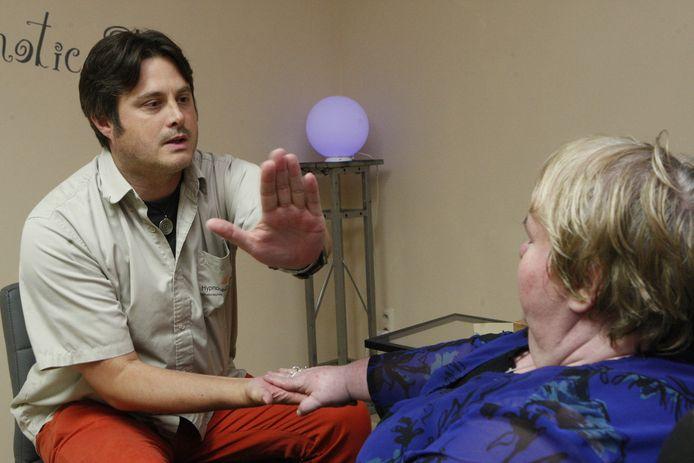 Rob De Groof brengt Linda onder hypnose en maant haar aan voortaan minder te eten.