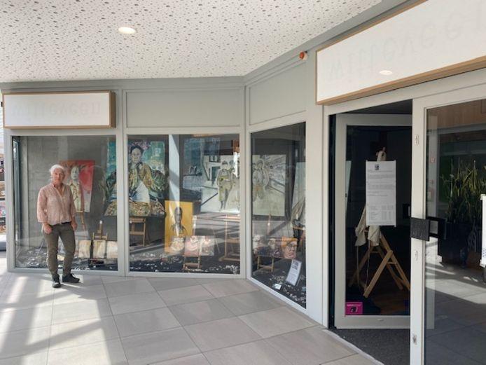 Hanneke Bollen heeft de lege etalages van de oude Witteveen voor haar rekening genomen.