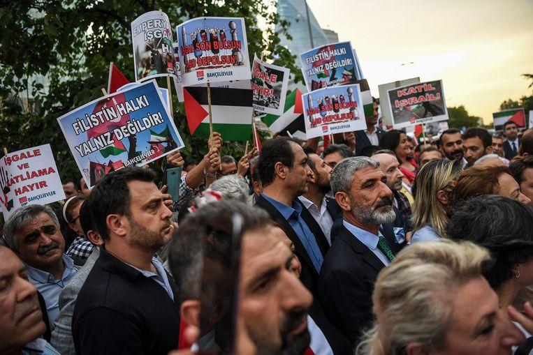 Protest aan het Israëlisch consulaat in Istanbul. Vanuit vrijwel de hele wereld klonk kritiek op het optreden van het Israëlisch leger. Beeld AFP