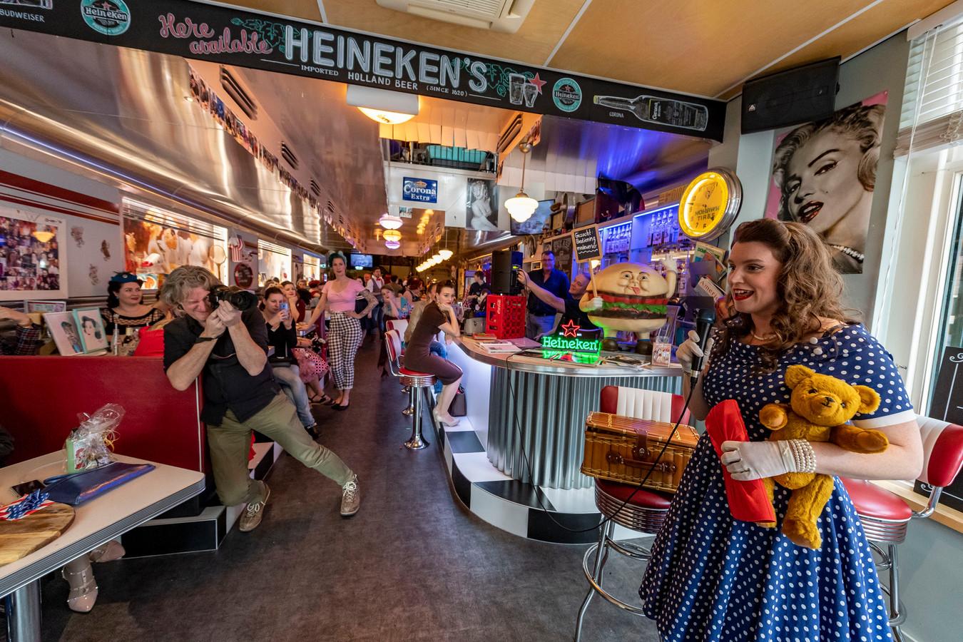 Deelnemers van voorronde miss Pinup in Tom's Diner in Roosendaal