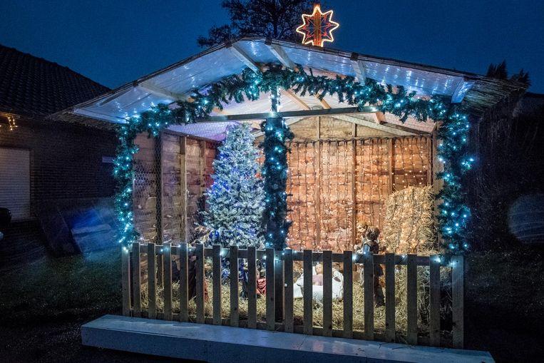 In de kerststal staan acht gipsen beelden.