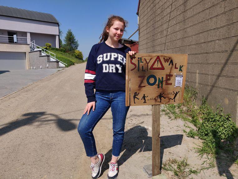 De twee zussen maakten op hun eigen straat een originele 'Silly Walks-zone'.