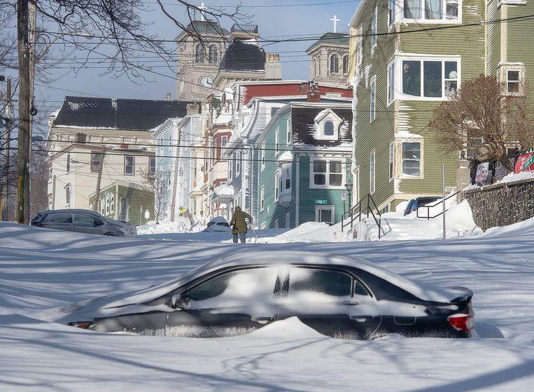 Een half begraven auto in St. John's, Newfoundland and Labrador. Beeld AP